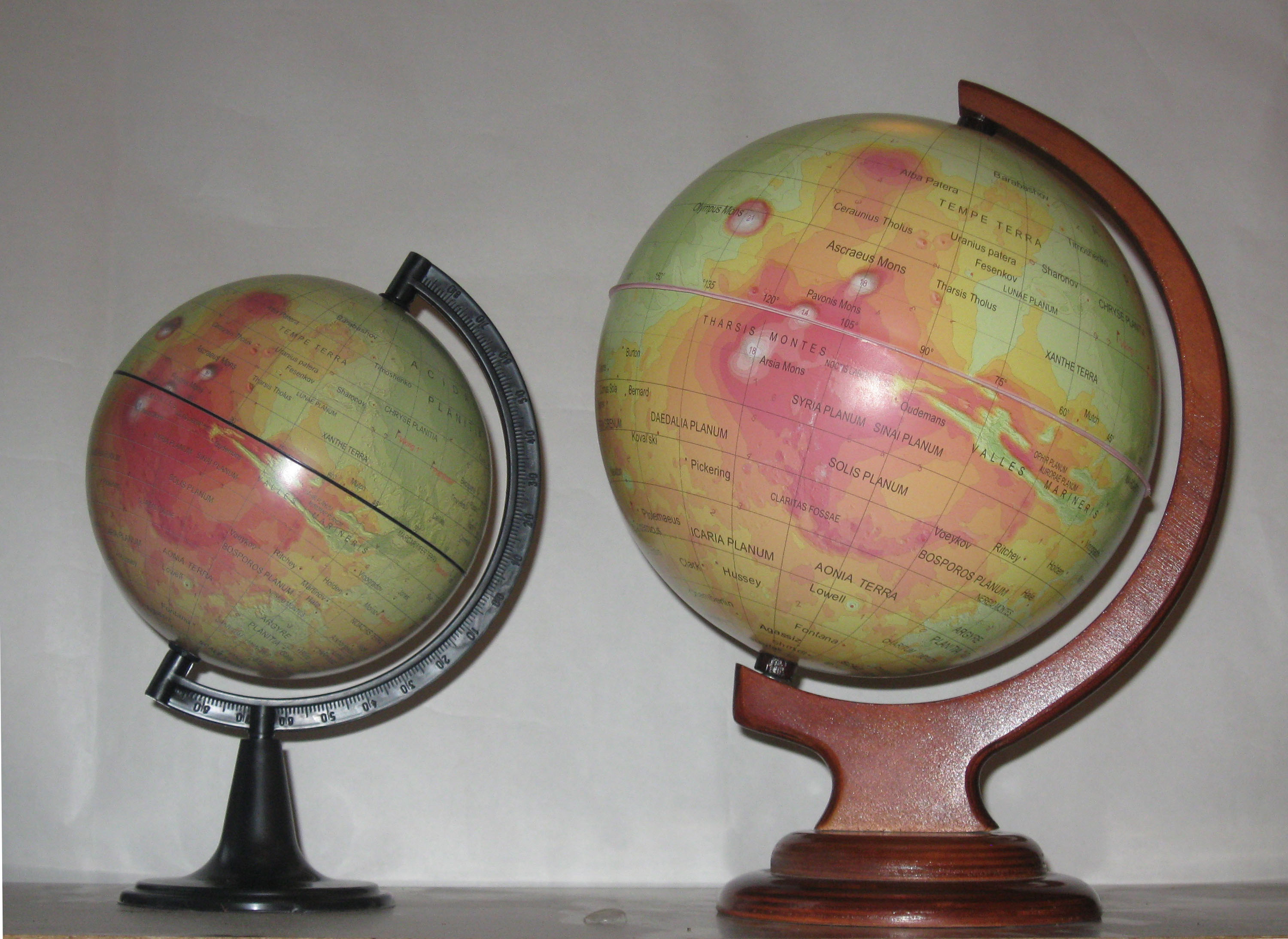 two_mars_globes_013